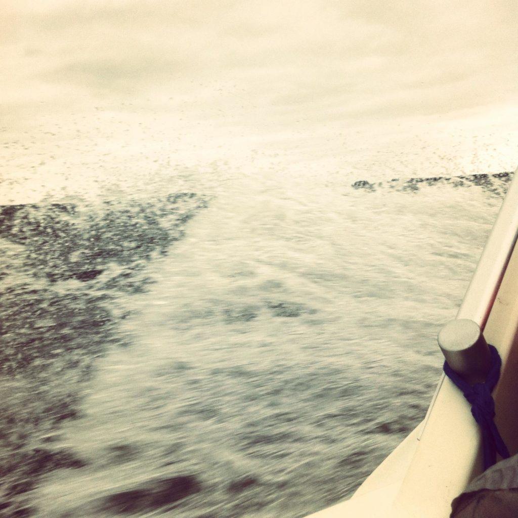 Minä saan virtaa muun muassa merestä. Kesällä jouduimme veneellä myrskyyn, melko jännittävä kokemus. Vesi ryöppysi!