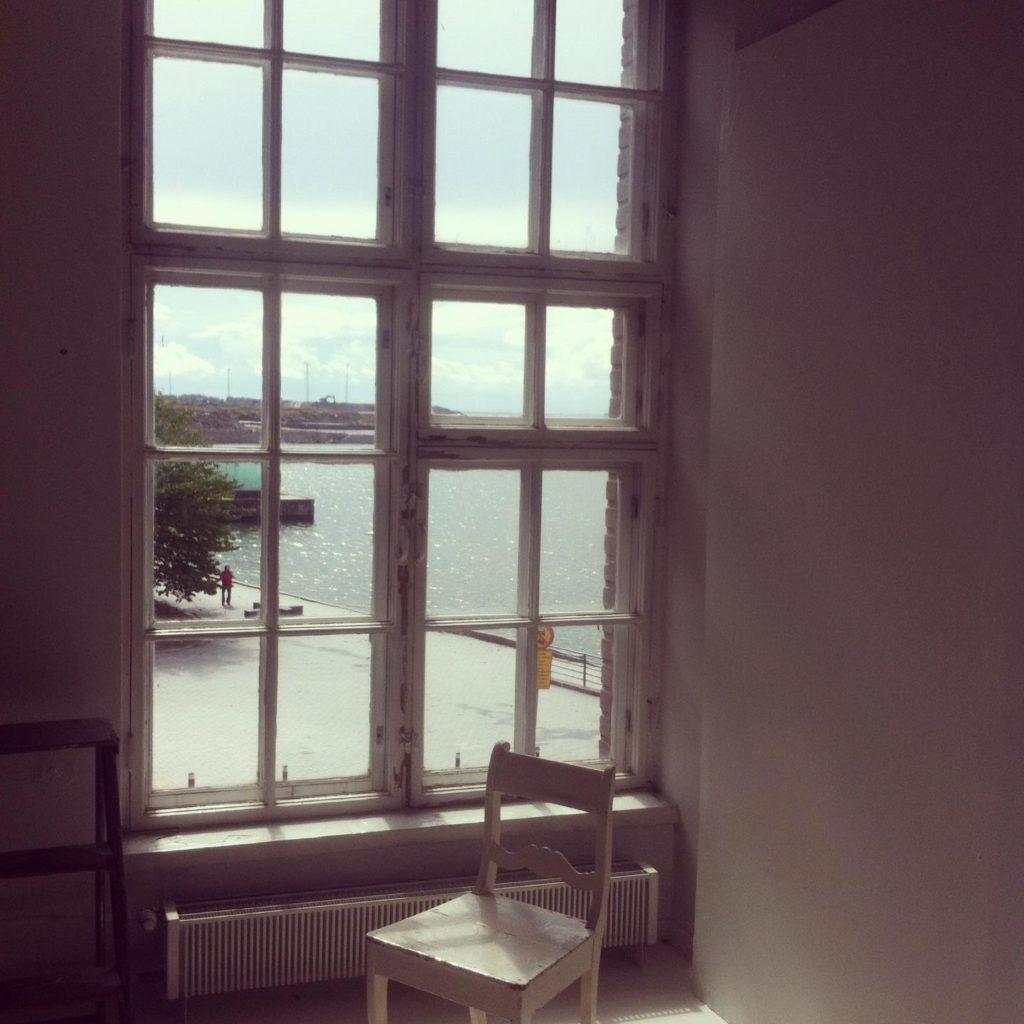 Työhuoneella saan virtaa paitsi töistä, niiden etenemisestä, asioiden järjestymisestä, myös näkymästä ikkunassa!