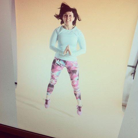Hiiop! Jumppakuvauksista tässä terve. Aivan huippu kuvausasu on Gina Tricot'n. Kuva on napattu tietokoneen ruudulta, parempia versioita näkee sitten maaliskuussa.
